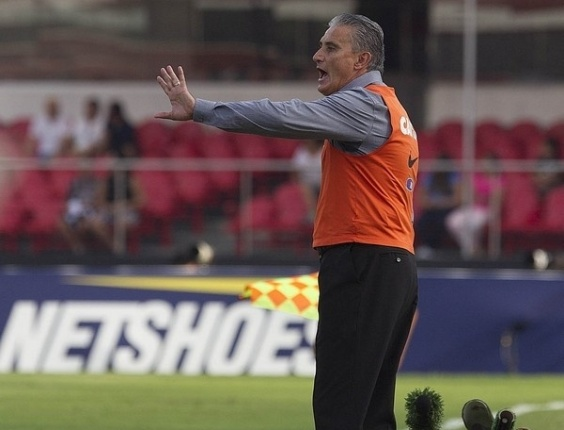 03.03.2013 - Tite orienta o Corinthians na beira do gramado do Morumbi, durante o empate por 0 a 0 com o Santos
