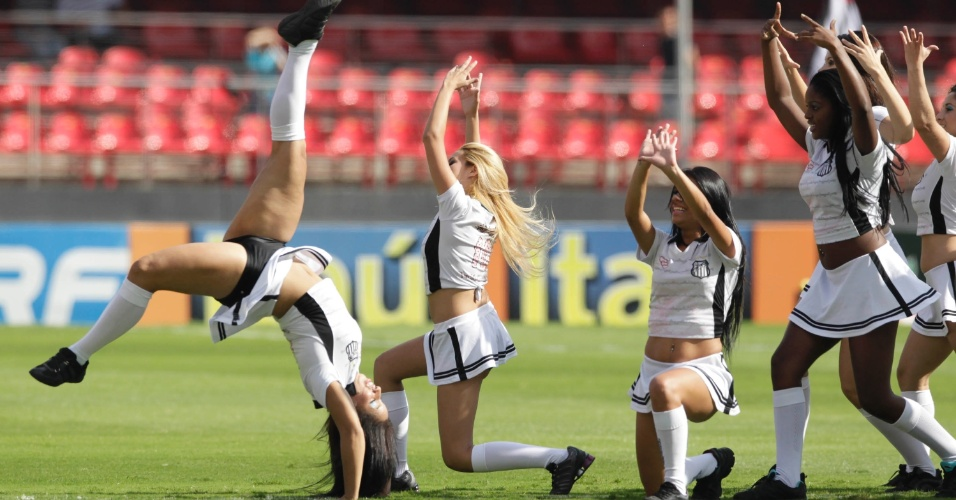 03.mar.2013 - Cheerleaders do Santos dançam no Morumbi antes do clássico contra o Corinthians