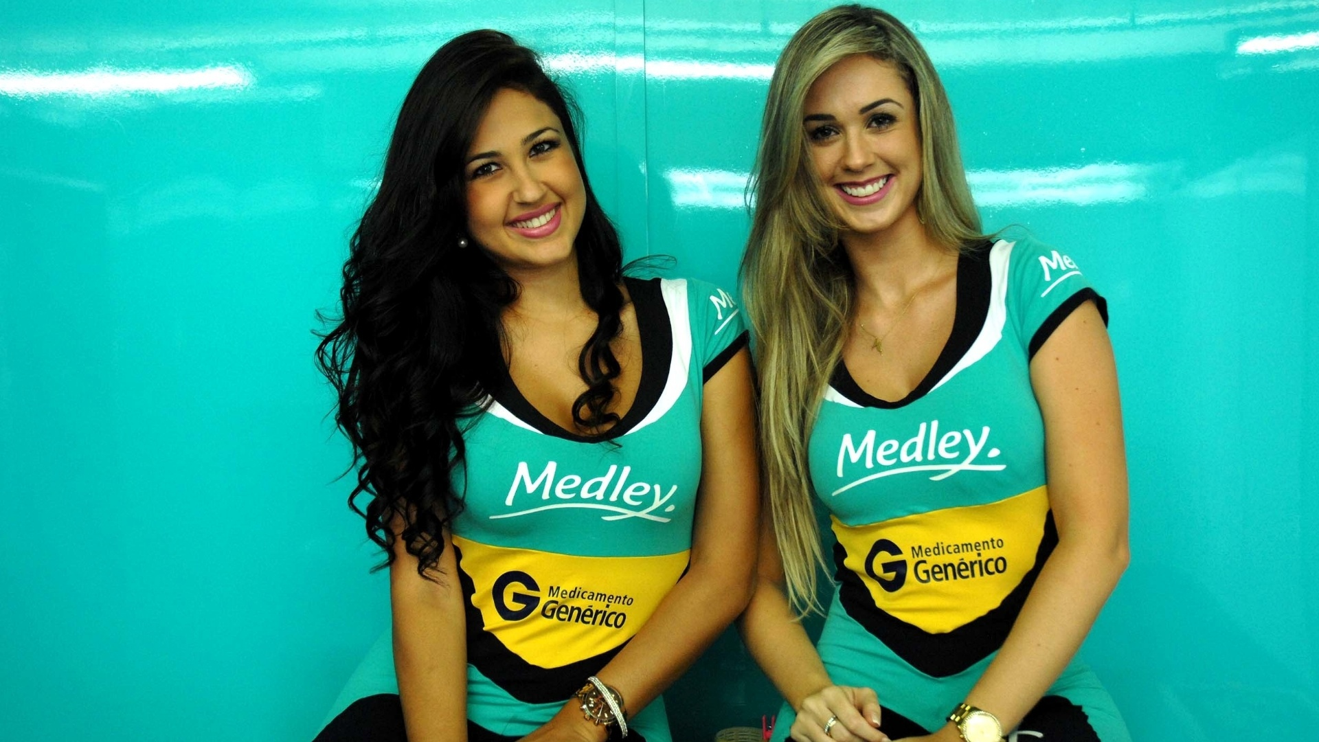 03.mar.2013 - 'Grid girls' Larissa (esq.) e Thalita antes da corrida da Sotck Car, em Interlagos, neste domingo