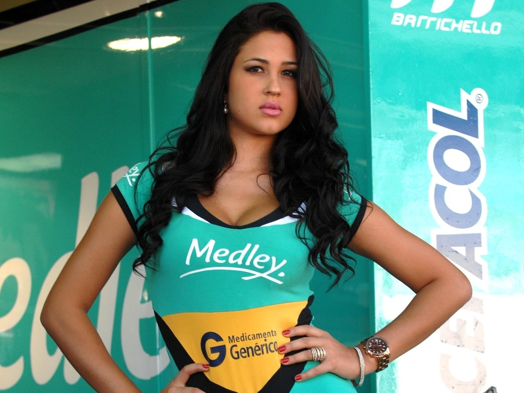 03.mar.2013 - Larissa, grid girl da Sotck Car, posa antes da corrida em interlagos, neste domingo