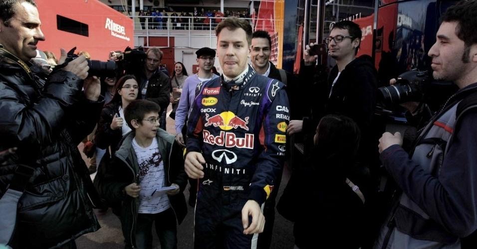 03.mar.2013 - Sebastian Vettel caminha pelo paddock durante pausa nos testes coletivos em Barcelona
