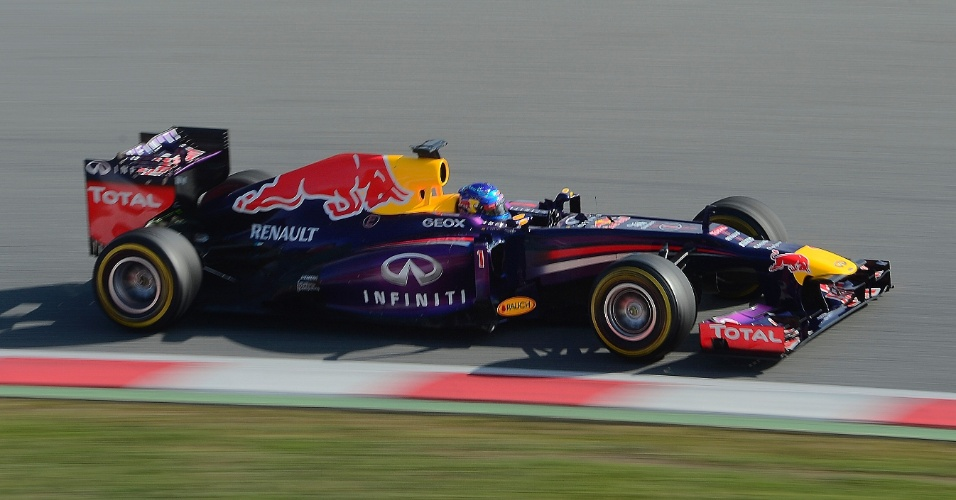 03.mar.2013 - Sebastian Vettel conduz sua Red Bull pelo circuito de Barcelona durante testes coletivos