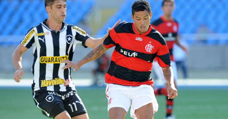 03.mar.2013 Carlos Eduardo (d) conduz a bola marcado por Fellype Gabriel (e) em clássico entre Flamengo e Botafogo