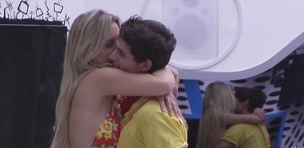 2.mar.2013 - Fernanda agarra André e chama brother para o quarto do Lìder
