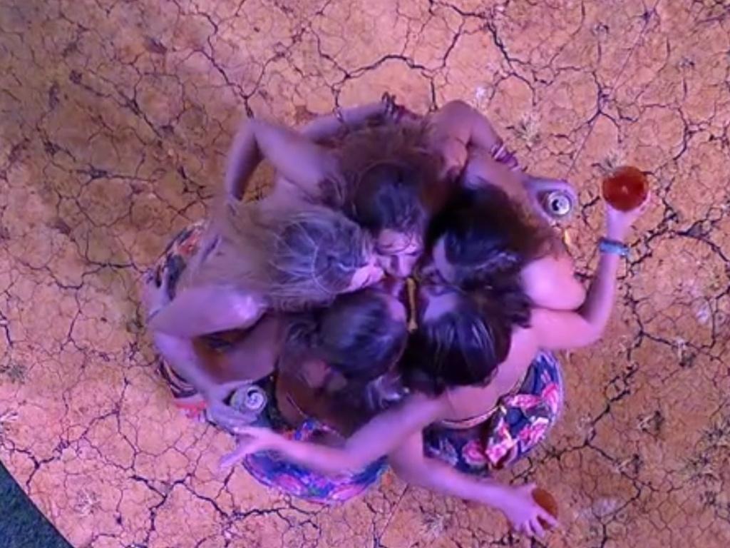 2.mar.2013 - Selinho quíntuplo! Anamara, Fani, Natália, Fernanda e Andressa