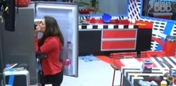 3.mar.2013 - A miss ainda conferiu se tinha algo de bom na geladeira para comer