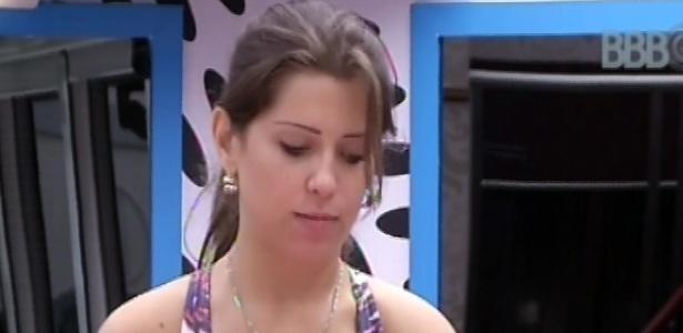 3.mar.2013 - Andressa faz almoço na cozinha da casa grande com a ajuda de André