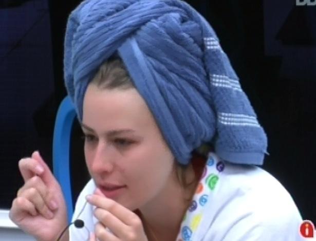 3.mar.2013 - Após tomar banho, Fernanda conversa com Kamilla e Fani sobre a festa da madrugada