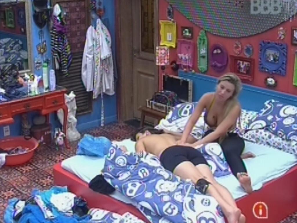 3.mar.2013 - Fernanda faz massagem em Kamilla antes da eliminação