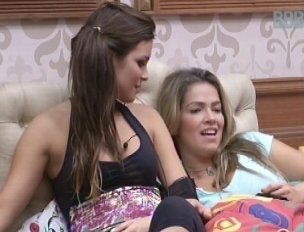 3.mar.2013 - Kamilla e Fani ficam deitadas na mesma cama e conversam sobre briga com Marcello