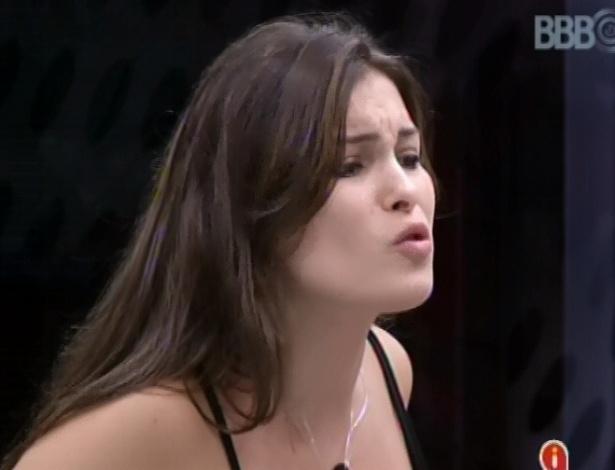 3.mar.2013 - Kamilla fala mal de Marcello a Fani e Fernanda