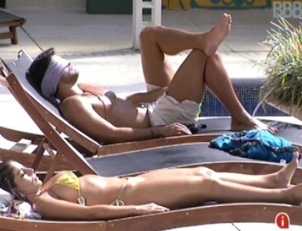 3.mar.2013 - Marcello e Anamara tomam banho de sol do lado de fora da casa, após o almoço