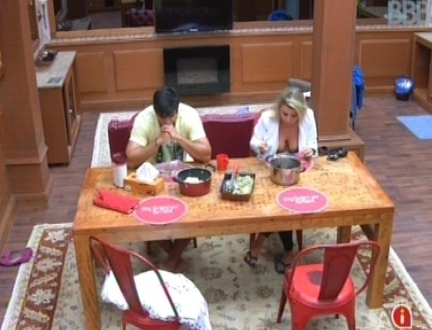 3.mar.2013 - Marcello e Fernanda sentam um ao lado do outro, mas não conversam durante o almoço