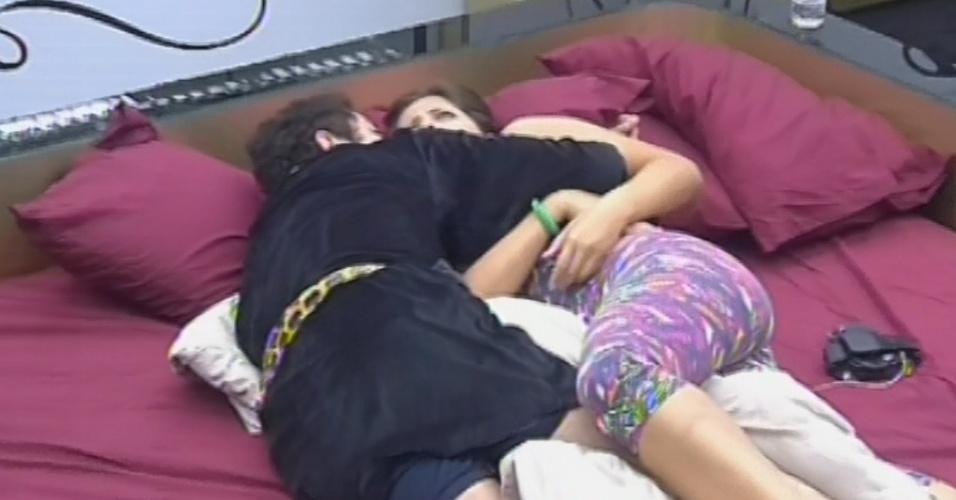 3.mar.2013 - Nasser e Andressa se abraçam após resolverem discussão