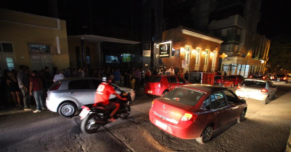 3.mar.2013 - Público espera em fila para entrar em boate em Santa Maria (RS) quando as casas noturnas reabriram após 30 dias de luto oficial na cidade pelas 240 vítimas do incêndio na boate Kiss, em 27 de janeiro