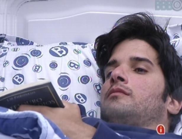 3.mar.2013 - Sozinho no quarto após briga com mulheres da casa, Marcello fica pensativo na cama