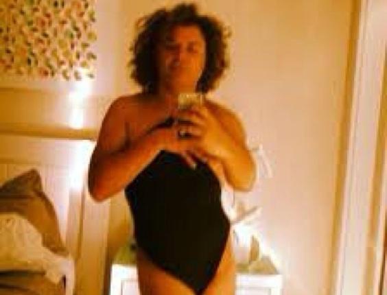 3.mar.2013 David Brazil divulgou uma foto, na qual aparece vestido apenas com algo que parece um maiô preto.