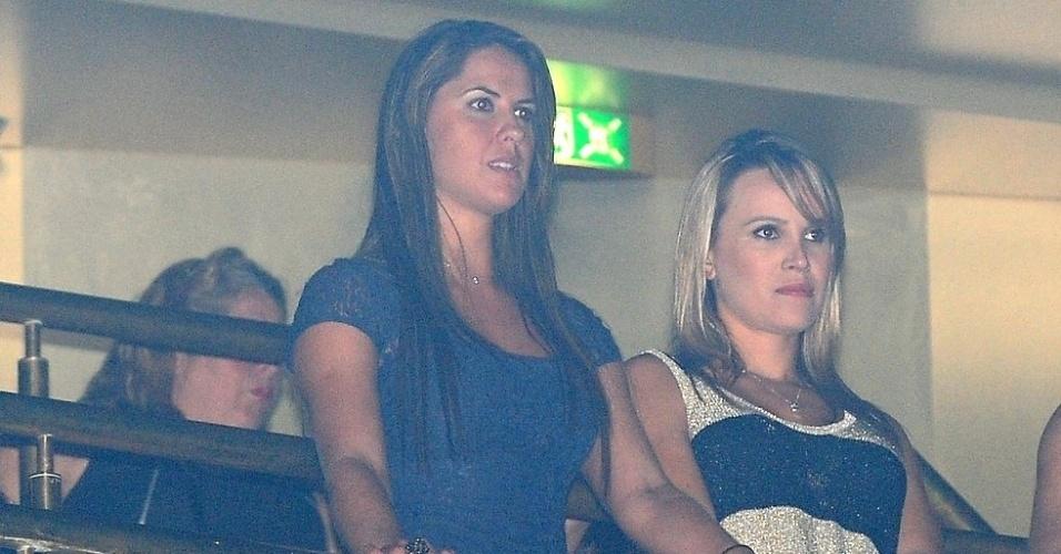 3.mar.2013 Suposta nova namorada de Zezé (de vestido mais escuro) esteve em mais um show da dupla no cruzeiro