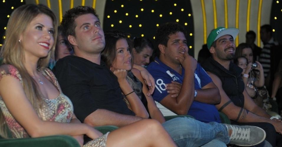3.mar.2013 Tiago Gagliasso e os ex-BBBs, Cacau Colucci e Yuri, durante show no cruzeiro