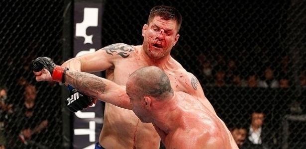 Brian Stann ficou com a cara toda sangrando depois de um corte sofrido por um golpe do brasileiro