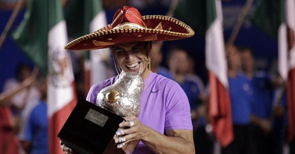 Com trajes típicos, Nadal comemora título do Torneio de Acapulco, no México