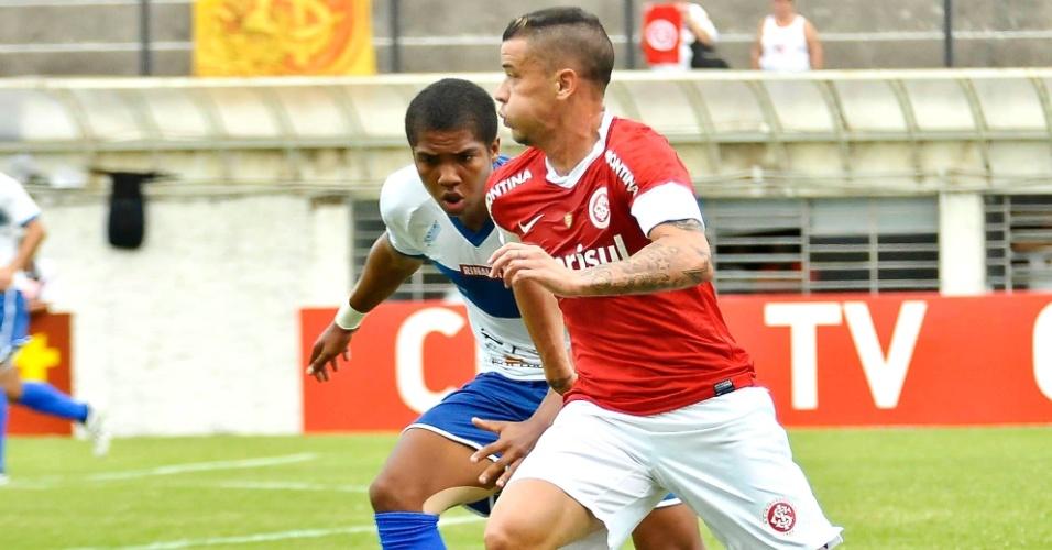 Pendurado com dois cartões amarelos, D'Alessandro foi substituído no segundo tempo por Victor Júnior