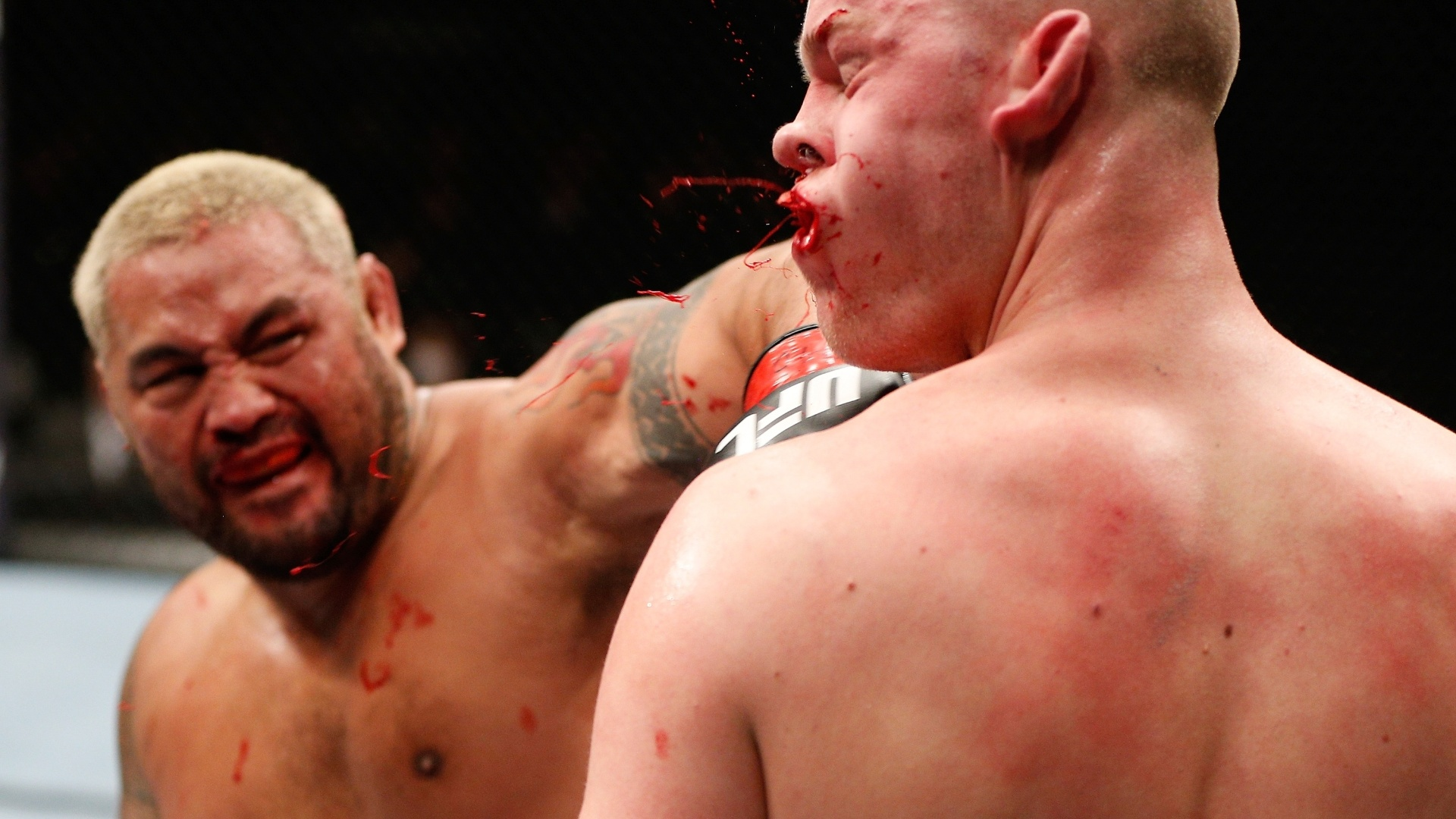 Mark Hunt acerta o golpe derradeiro em nocaute sobre Stephan Struve no UFC Japo