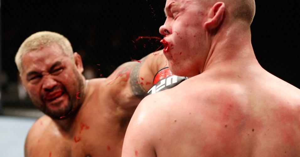 Mark Hunt acerta o golpe derradeiro em nocaute sobre Stephan Struve no UFC Japão
