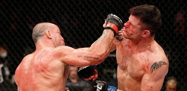 Sangue se espalha pelo ar aps soco de Wanderlei no americano Stann