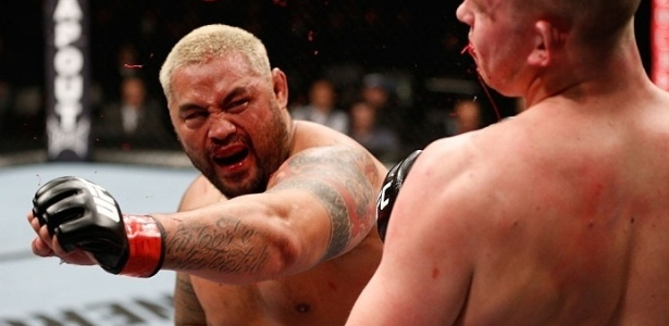 Sangue voa da boca do holands Struve aps levar cruzado de Mark Hunt