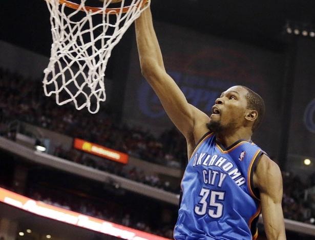 03.mar.2013 - Em duelo da parte de cima da conferência oeste, Kevin Durant deu bela enterrada para ajudar o Thunder a passar pelos Clippers