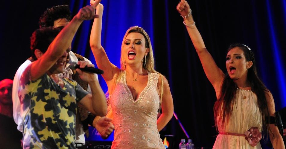 27.fev.2013 - Fernanda e Kamilla cantam com Daniel durante a festa Flores