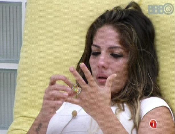 3.mar.2013 - Anamara chora ao desabafar com Fani