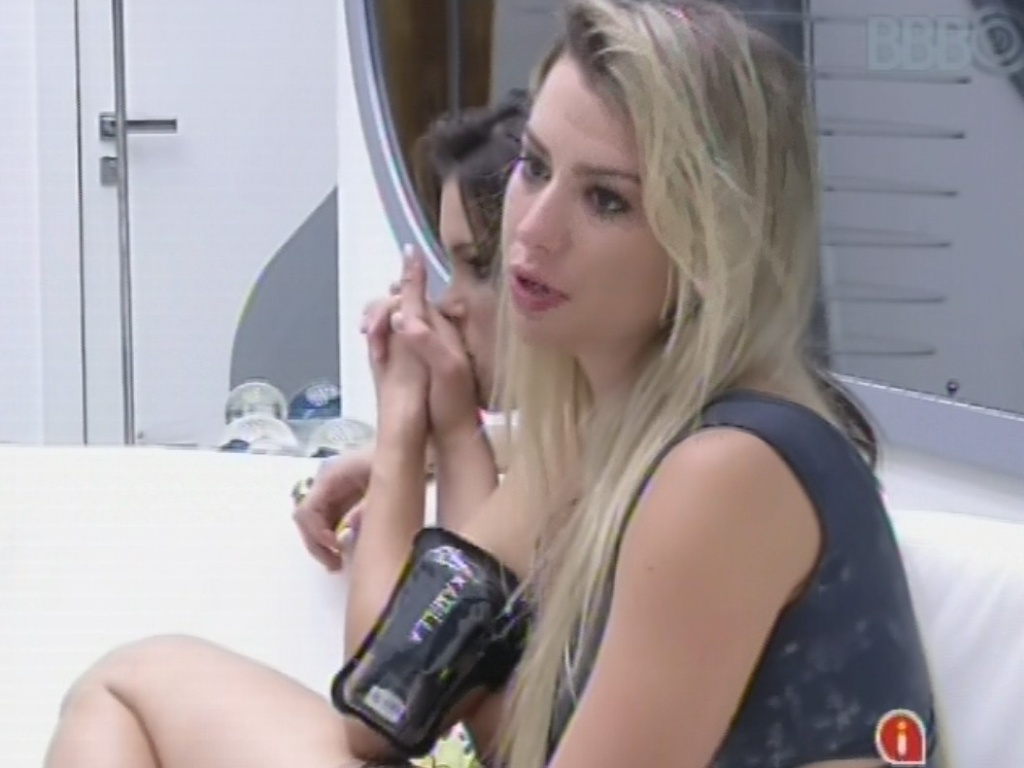 3.mar.2013 - Em briga, Fernanda explica que abraçou todos os emparedados
