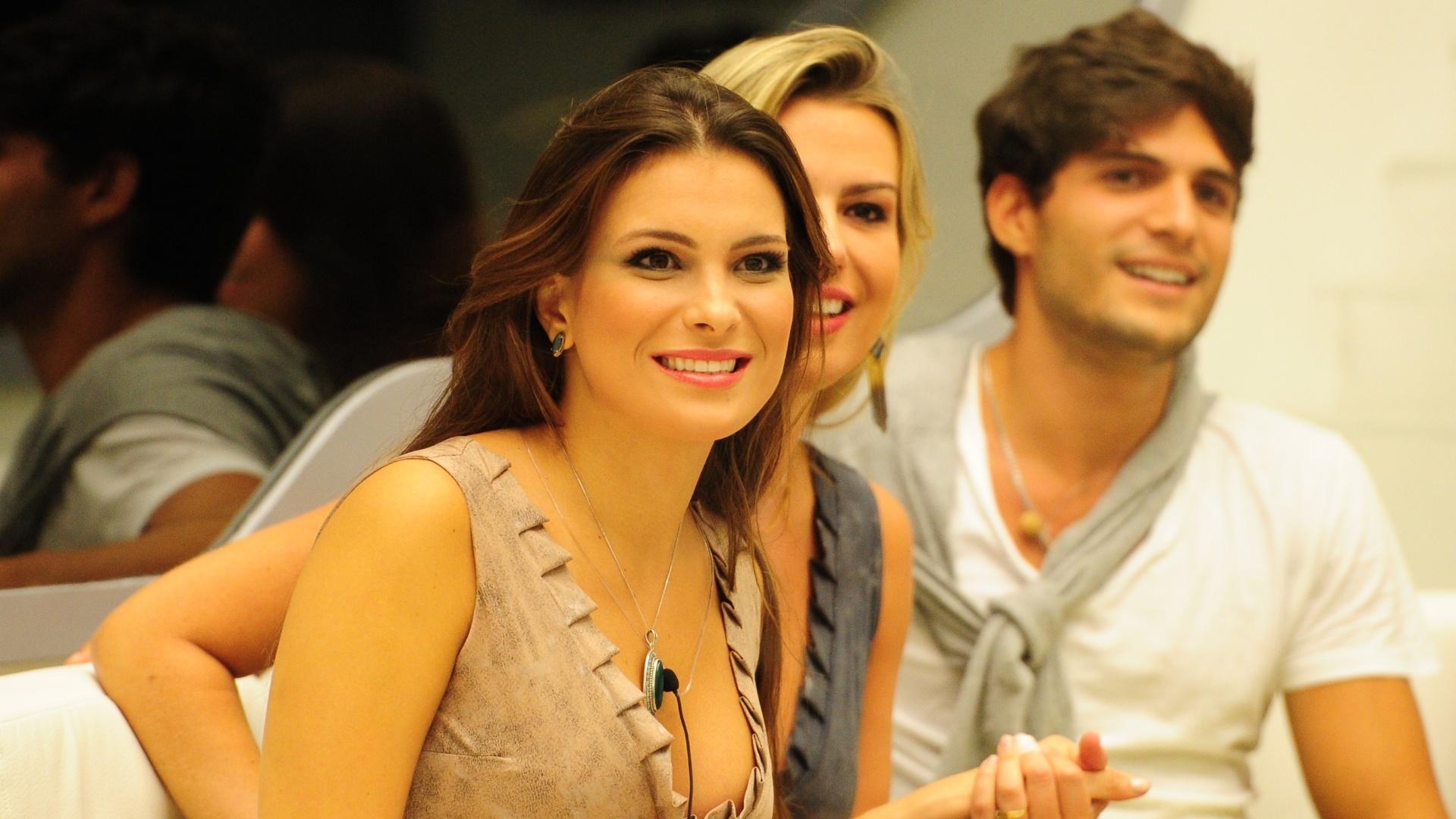 3.mar.2013 - Kamilla, Fernanda e André falam com Bial e esperam resultado do paredão