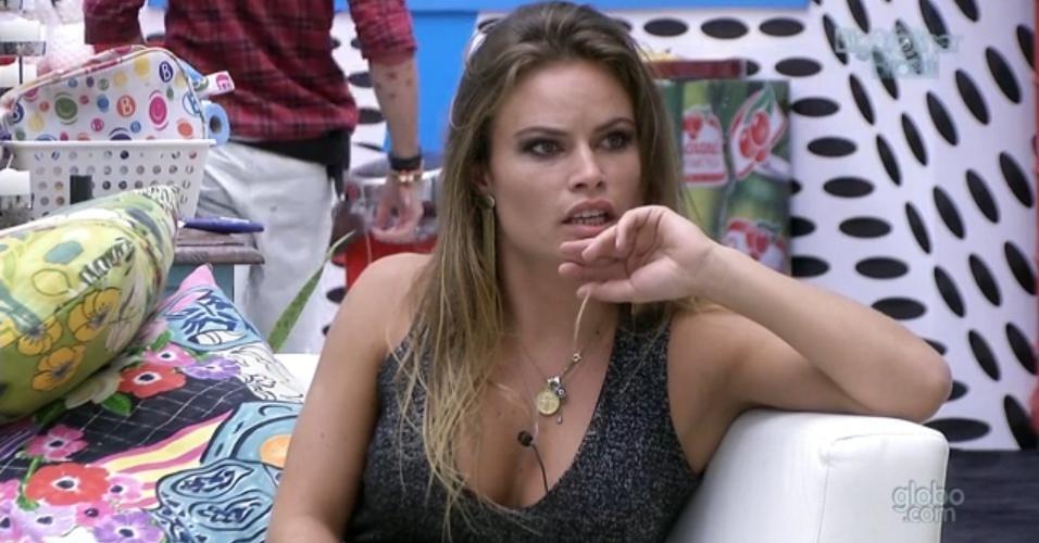 3.mar.2013 - Na prova do líder, Natália desafia Fernanda e é eliminada do jogo