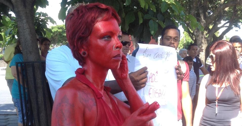 4.mar.2013 - A artista plástica Gilmara de Oliveira, 35, foi pintada de vermelho ao fórum de Contagem (MG) para realizar um protesto antes do início do julgamento do goleiro Bruno e de sua ex-mulher, Dayane Rodrigues, nesta segunda-feira (4)