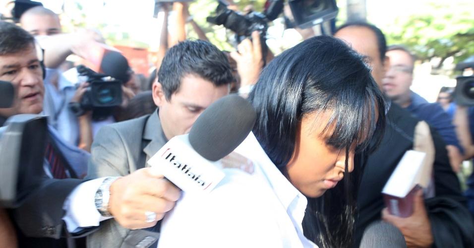 4.mar.2013 - A ex-mulher do goleiro Bruno Fernandes, Dayanne Rodrigues, chega para o julgamento no fórum de Contagem (MG), na manhã desta segunda-feira (4)