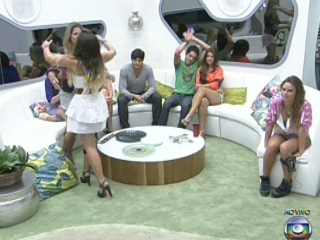 4.mar.2013 - Anamra corre para abraçar Fani após entregar alinaça para a amiga no jogo da discórdia