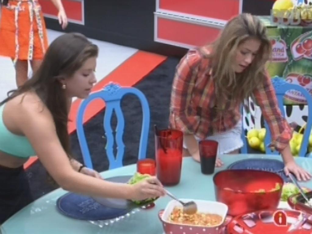 4.mar.2013 - Andressa e Fani se servem do almoço preparado por Nasser e André