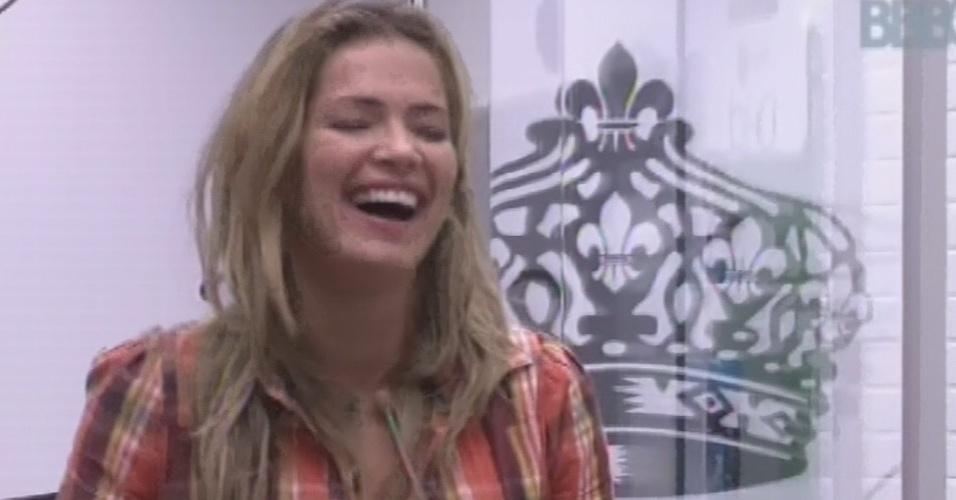 4.mar.2013 - Fani ri ao brincar com Kamilla no quarto do líder