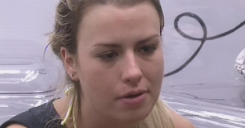4.mar.2013 - Fernanda conta sobre as alfinetadas que levou de Anamara durante o dia