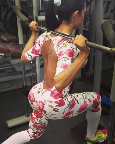 4.mar.2013 - Gracyanne Barbosa faz o avanço para trabalhar os membros inferiores. Ela afirmou que faz de 15 a 8 repetições deste exercício, sempre aumentando o peso