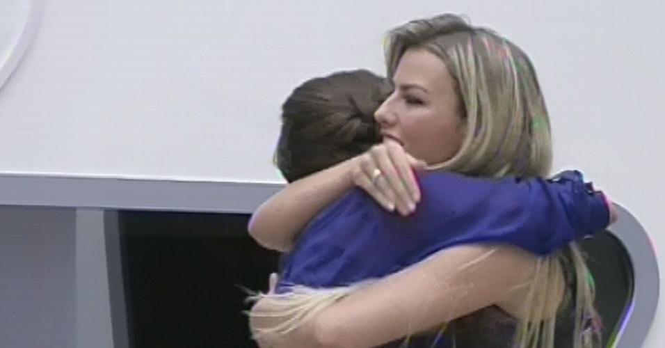 4.mar.2013 - Kamilla abraça Fernanda após entregar alinaça a ela