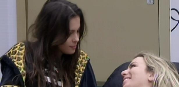 4.mar.2013 - Kamilla e Fernanda conversam sobre Anamara, que brigou com a advogada no domingo
