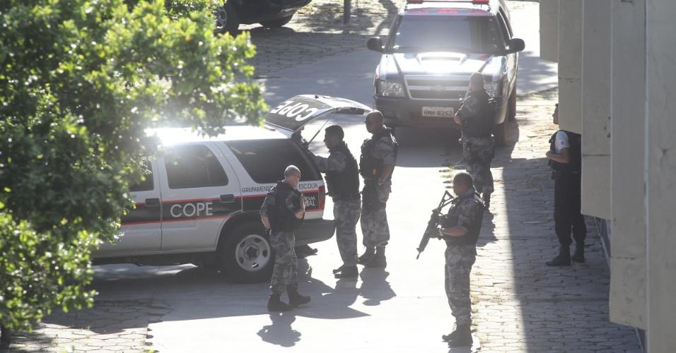 4.mar.2013 - Movimentação de policiais no Fórum de Contagem (MG), nesta segunda-feira (4), onde será realizado o julgamento do goleiro Bruno Fernandes