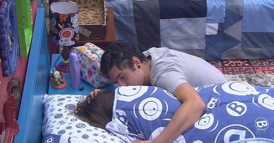 4.mar.2013 - Nasser dá beijo em Andressa para acordá-la e chamá-la para o almoço