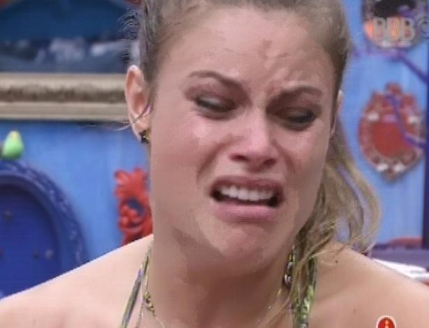 4.mar.2013 - Natália chora ao dizer que tem medo de duvidarem de seu amor por Fani