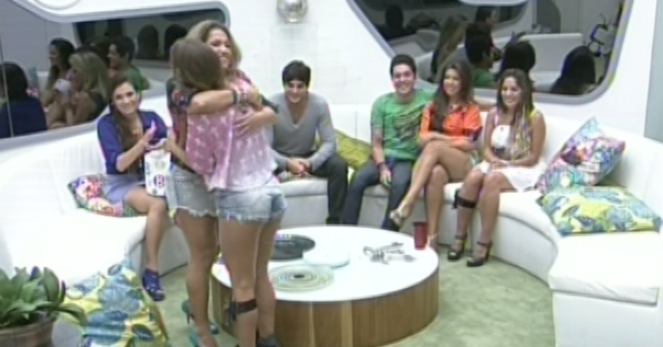 4.mar.2013 - Natália dá abraço em Fani após dar aliança para ela no jogo da discórdia