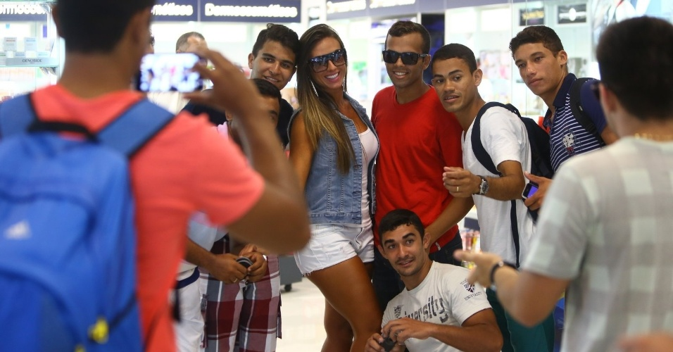 4.mar.2013 - Nicole Bahls foi tietada no aeroporto Santos Dumont, no centro do Rio